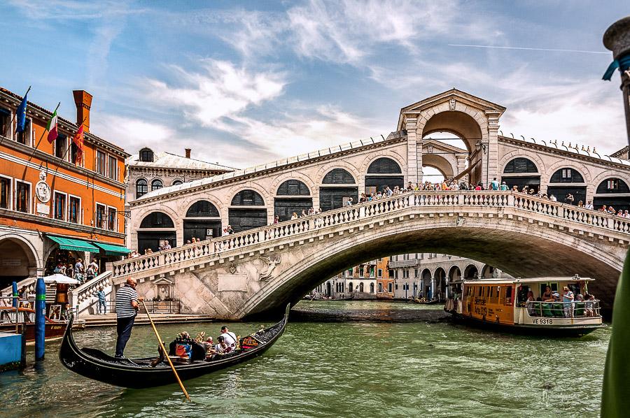 Die Rialto-Brücke über dem Canal Grande in Venedig